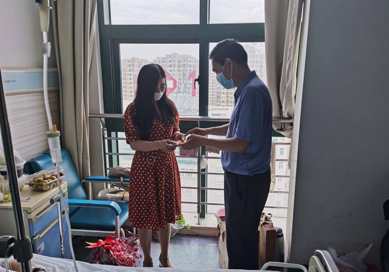 南京金陵商会志愿者看望慰问因病住院民警
