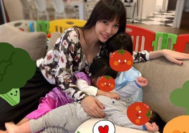 王力宏太太34岁已生3娃,抱孩子喂奶画面温馨,网友:伟大的母亲