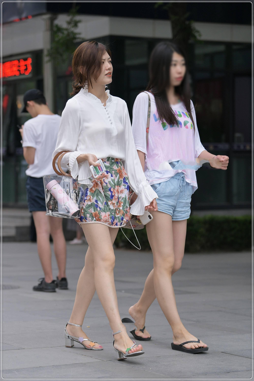 美女街拍:雪纺白衬衣搭配复古花纹短裤,大气优雅,时尚精致
