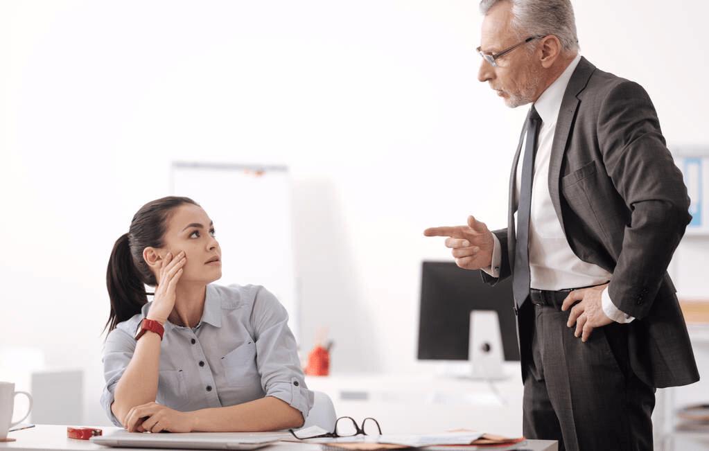 职场过来人的忠告,老板对你做三个动作,就该准备辞职了