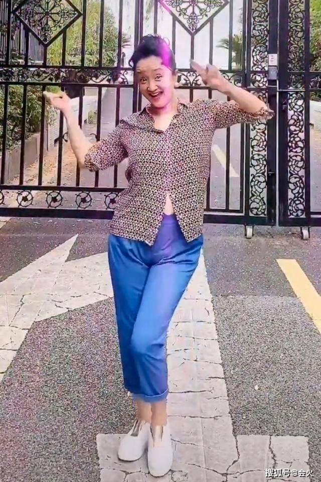 老戏骨杨昆街边热舞太卖力,衣服扣子开了没发现!57岁至今无子女