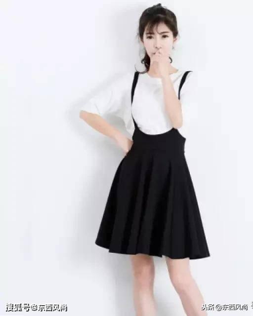 """高腰小短裙是提升比例的好办法,""""专治""""人矮腿粗,只要小腿够细"""