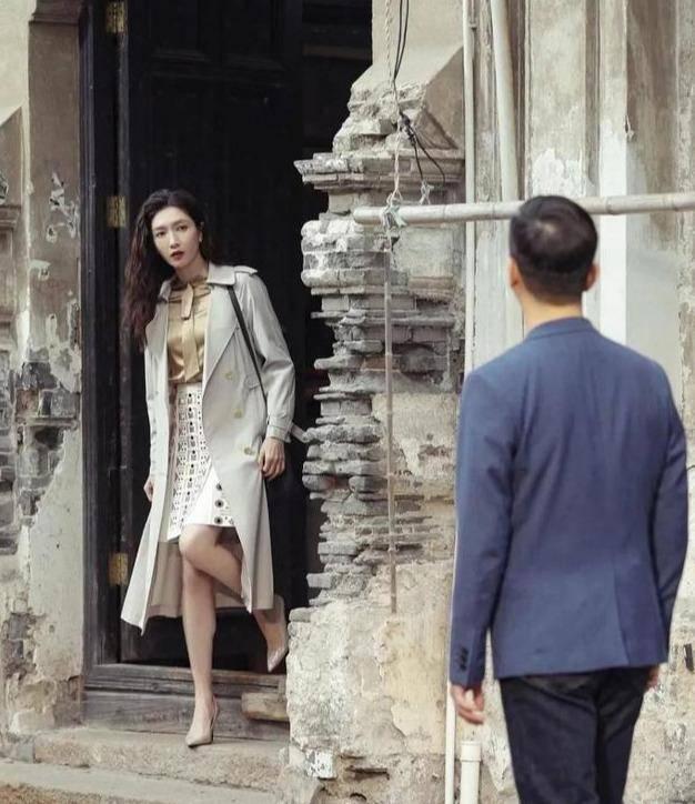跟着时尚达人,把风衣穿出优雅与大气,气场秒变一米八