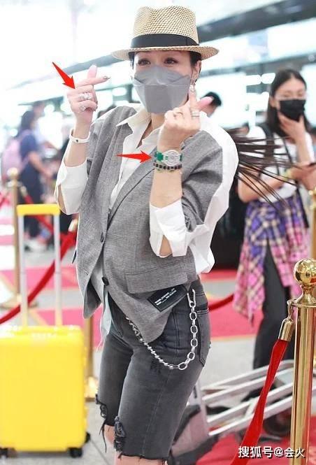 钟丽缇手戴6枚大钻戒,70万名牌腕表不离身,全身行头价值超100万