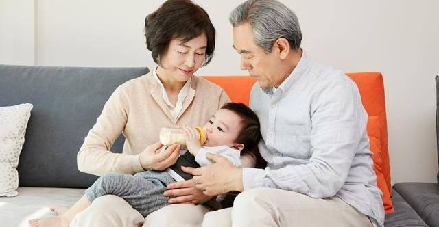 原创宝宝只认婆婆冲的奶粉,宝妈好奇尝了一口,气到直接发火