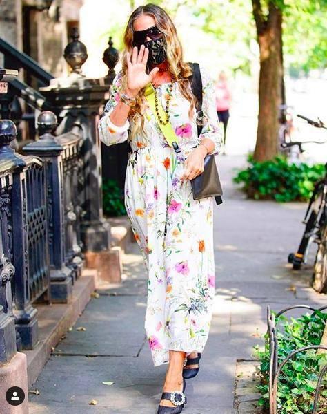 原创六十而已,戴彩色珠链、穿民族风白裙,麦当娜活得太不像奶奶了