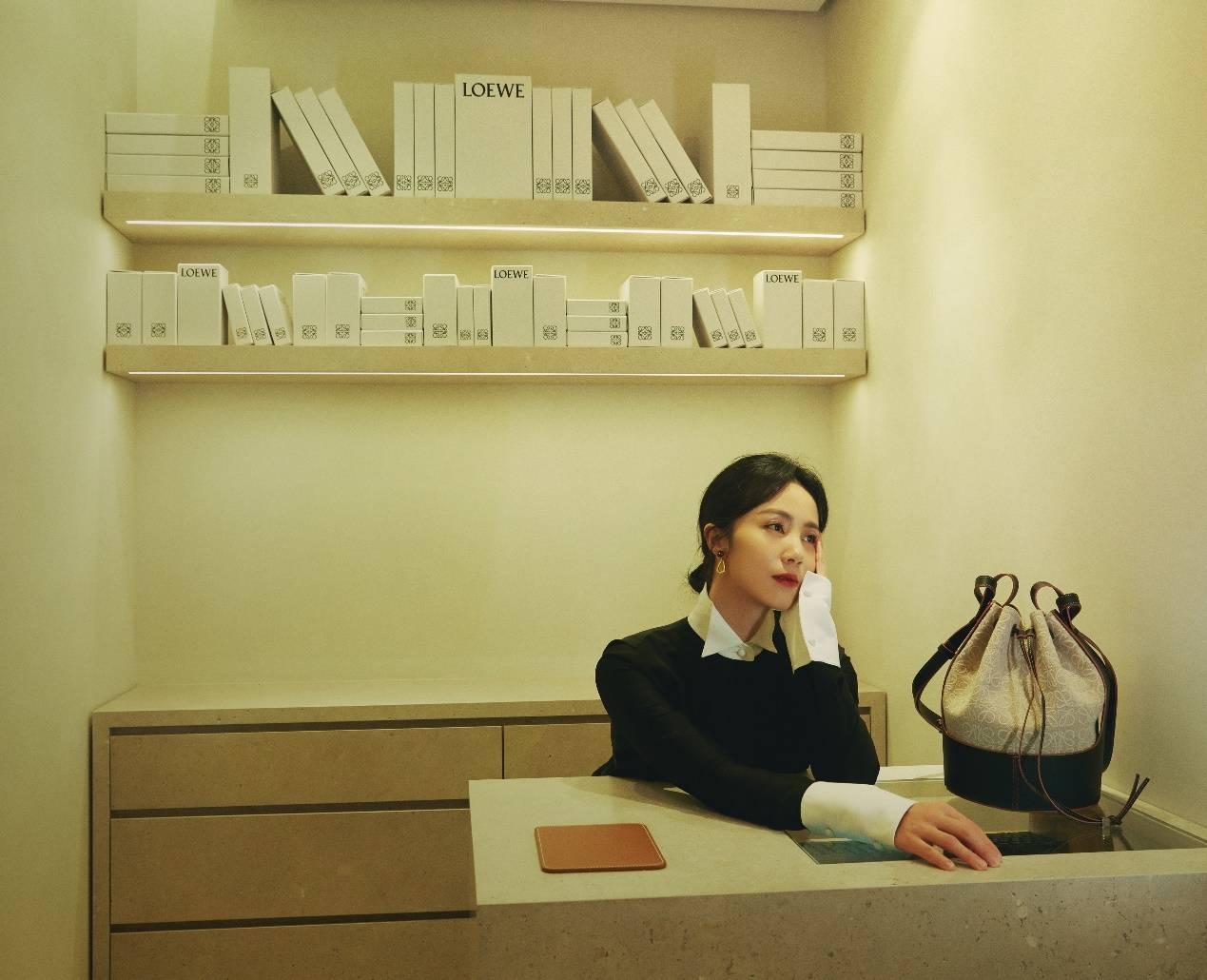 43岁的黄磊老婆孙莉依旧拥有少女风韵,直言女儿多多的穿搭都学她!