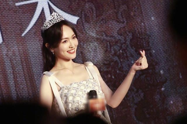 唐嫣现身商场为珠宝做代言,头戴皇冠女王范十足,生图太能打
