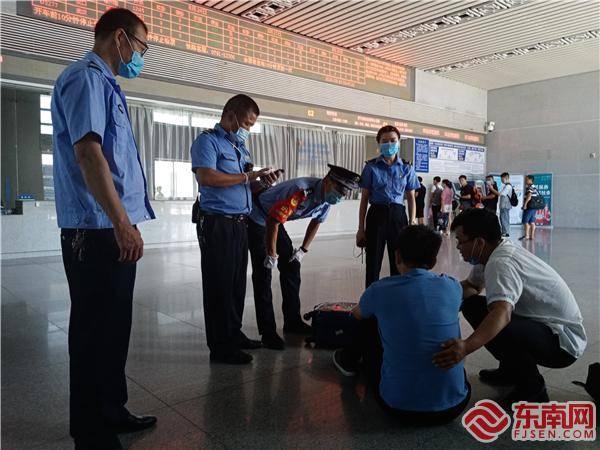 在三明泰宁,一名游客突然晕倒,警察和车站工