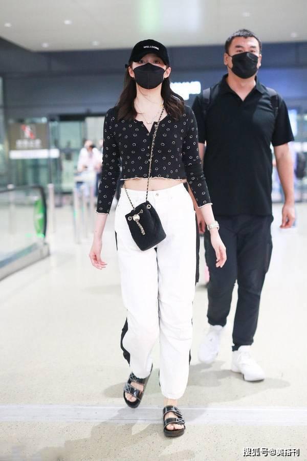 原创             关晓彤造型又翻车了?机场短上衣配白裤,肩厚胯宽还遮盖了美腿