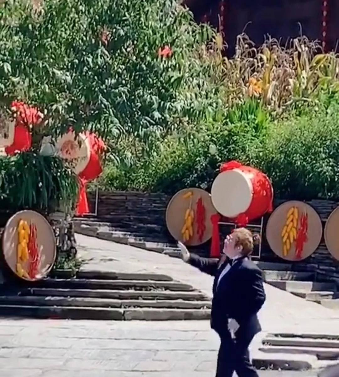 韩红做公益现身,穿一身西装唱歌,