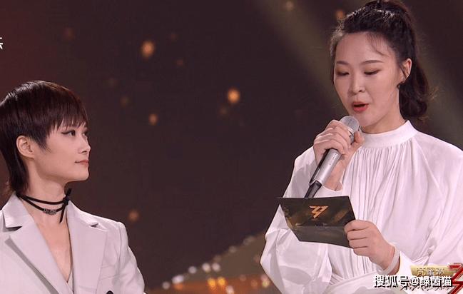 中国女排亮相《浪姐》成团夜!惠若琪领衔献唱+颁奖,王一梅瘦了