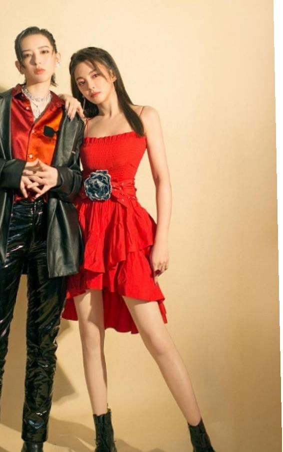 原创             张雨绮与李斯丹妮合跳探戈,红裙配皮衣画面太美,颜值满分