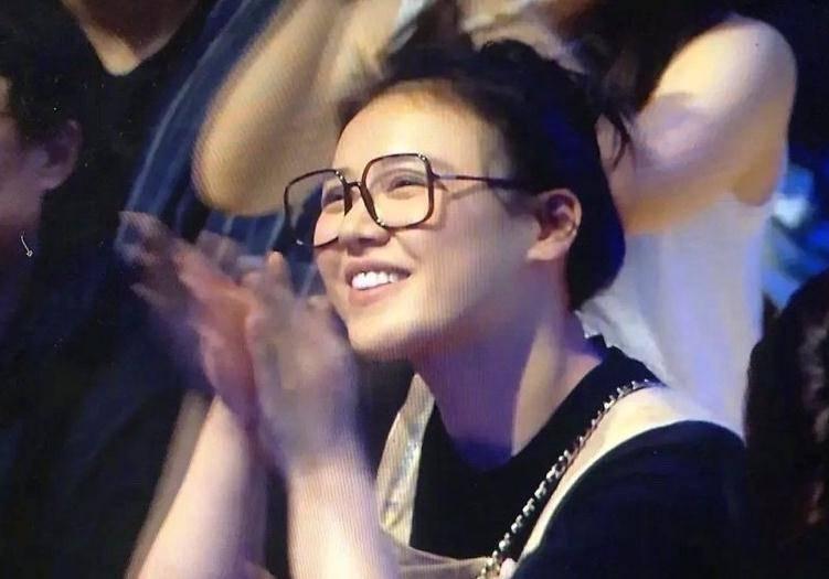 坐在观众席的马思纯 看上去很放松笑得很开心!