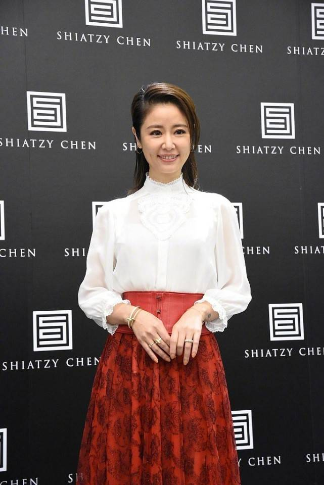 原创             44岁林心如现身活动,穿衬衫配红色半裙,笑容甜美脸上没皱纹