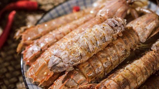 """螳螂虾有剥壳的诀窍。找到这条""""拉链"""""""