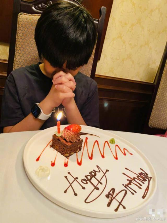 林志颖为kimi庆11岁生日,低调戴千元手表
