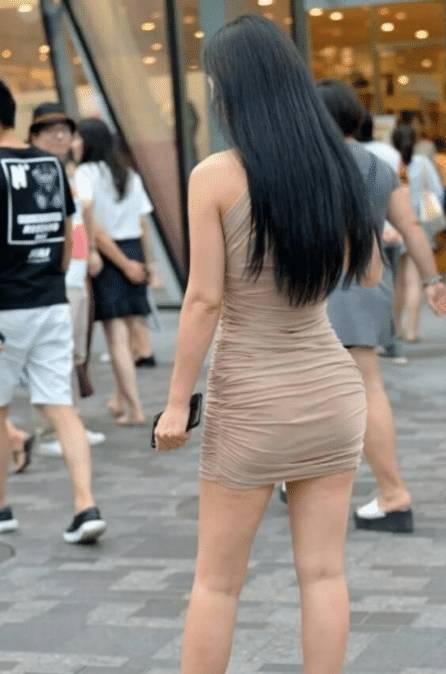 街拍:不管怎么说,玉人的身材还是不错的。