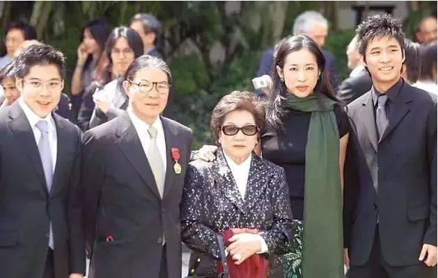 霍启刚千字长文惦记奶奶,吕燕妮终身低调哑忍,却成为了权门大赢家(图12)