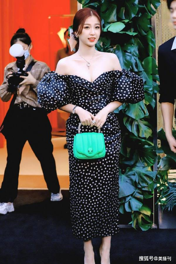 原创             25岁虞书欣很敢穿,一袭抹胸波点裙性感贵气,真是豪门大小姐了