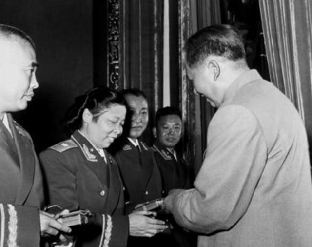 除却婚姻上的磕磕绊绊之外李贞最痛苦的莫过于没有自己的亲生孩子 1988年授衔女将军