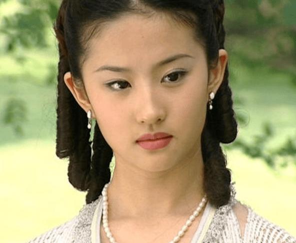 原创             关晓彤生日蹦迪被骂不检点,有谁注意到了她悄悄变化的眼睛...