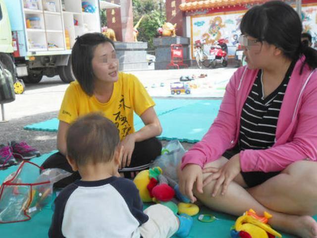 两个同龄宝宝相遇,体型差距让宝妈难以置信,网友:完全是S和L