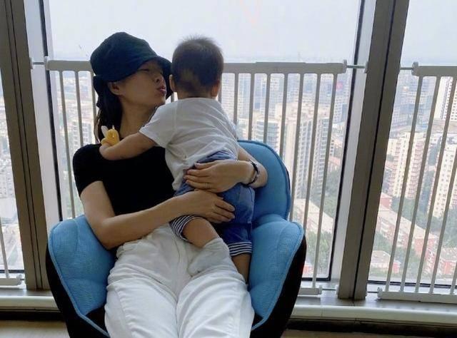 章子怡二胎会叫妈了!一晃小儿八个月,醒醒五岁,小苹果也十五了