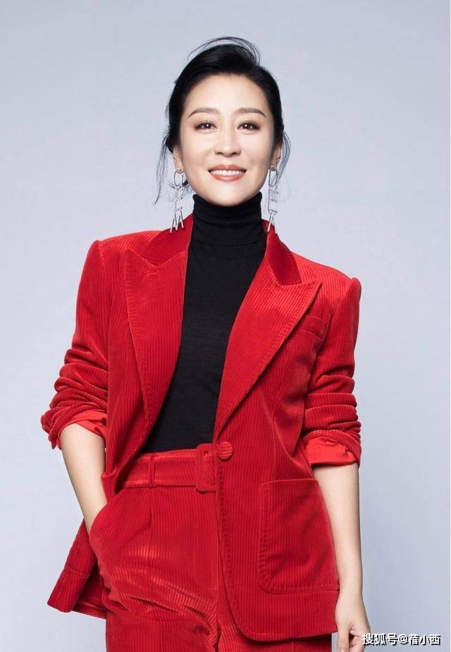 苗圃真挺有气质的,一身红黑搭配经典又高级,看着就很懂时尚穿搭