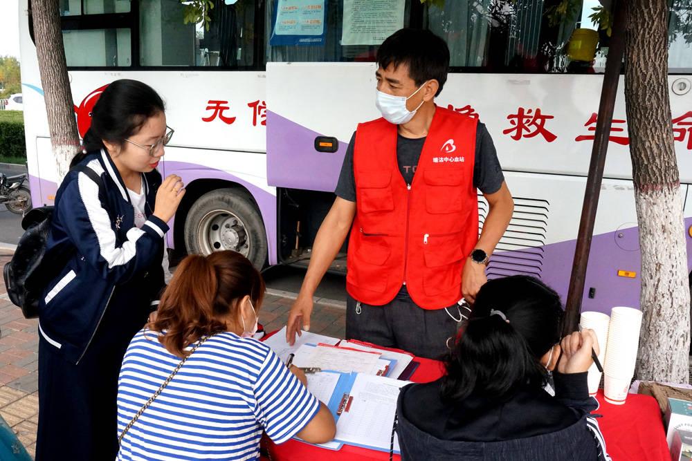 天津滨海:献血车旁活跃着穿红马甲的党员志愿者