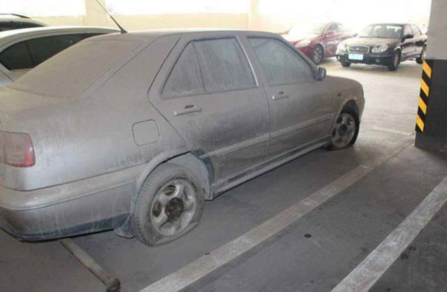 """什么是""""僵尸车""""?车位那么贵,为何还一直停放""""僵尸车"""""""