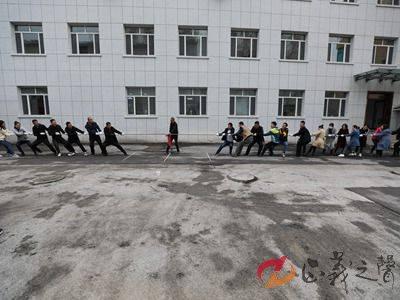 临江市人民法院举行迎国庆拔河角逐