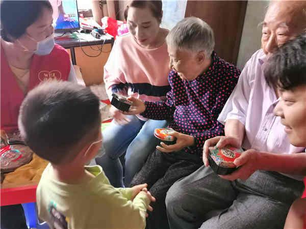 国庆节前,我向参加抗战的老爷爷问个好