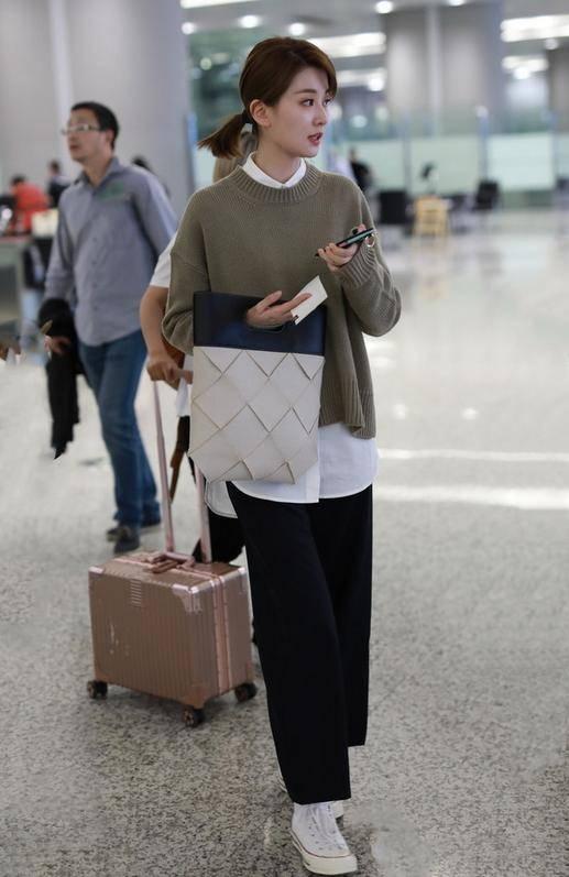 原创             乔欣真是个隐藏的时髦精!穿针织衫内搭白衬衫,随性慵懒又高级!