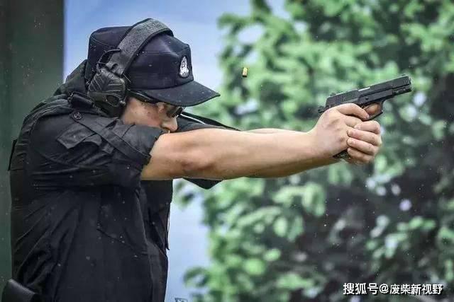 原创             枪发射子弹时,如果用手堵住枪口,会不会导致炸膛?