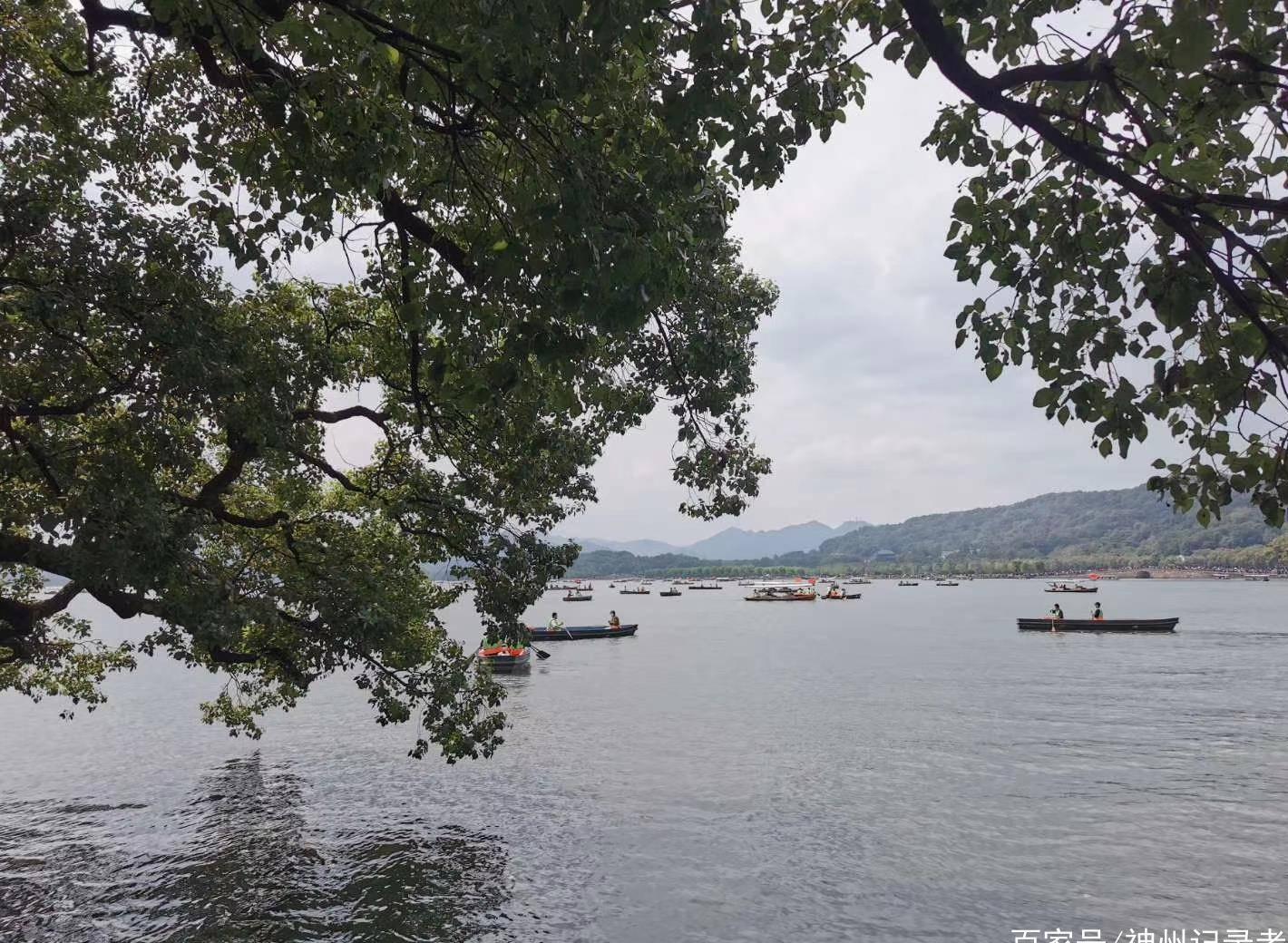 西湖位于杭州市西湖区龙井路1号