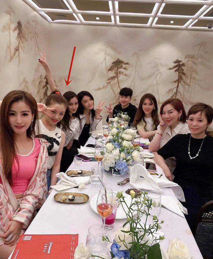 这让人不得不想到三十而已,网上流传着一张杨颖与数名女子聚会的合照,C位的人本身可能不在意C位