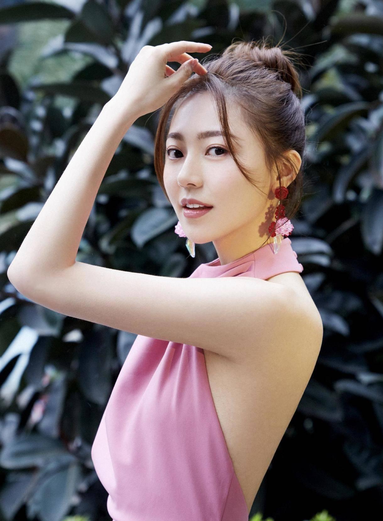 """29岁黄梦莹这身材""""绝""""了,丸子头发型配挂脖连衣裙,显高又显瘦"""