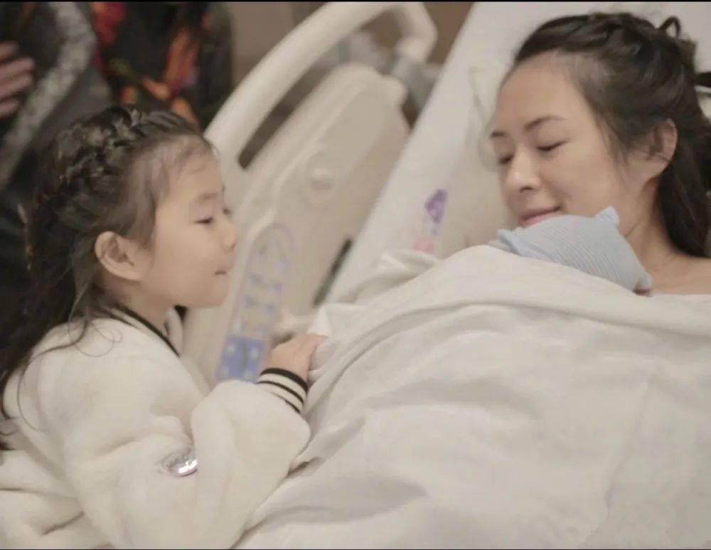 章子怡带女儿探班汪峰,5岁醒醒长开了,愈来愈像姐姐小苹果(图6)