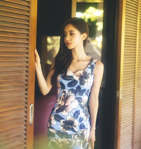 女神穿:小姐姐穿着吊带裙 有着奇特的魅力 穿着姿势优美 充满魅力!
