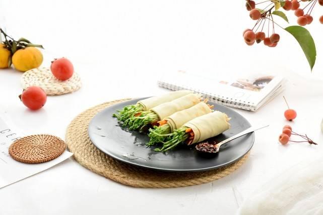 一人食也不要将就,一红一绿两种蔬菜加豆皮卷一卷,好吃还简单