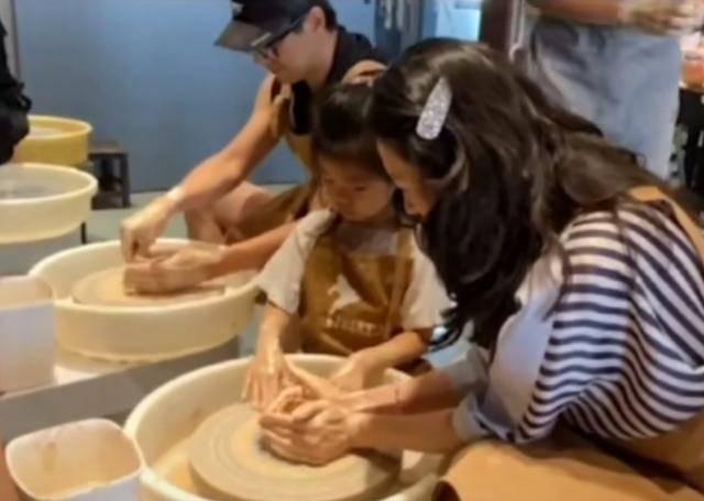 章子怡和孩子做陶器!全家人都很幸福