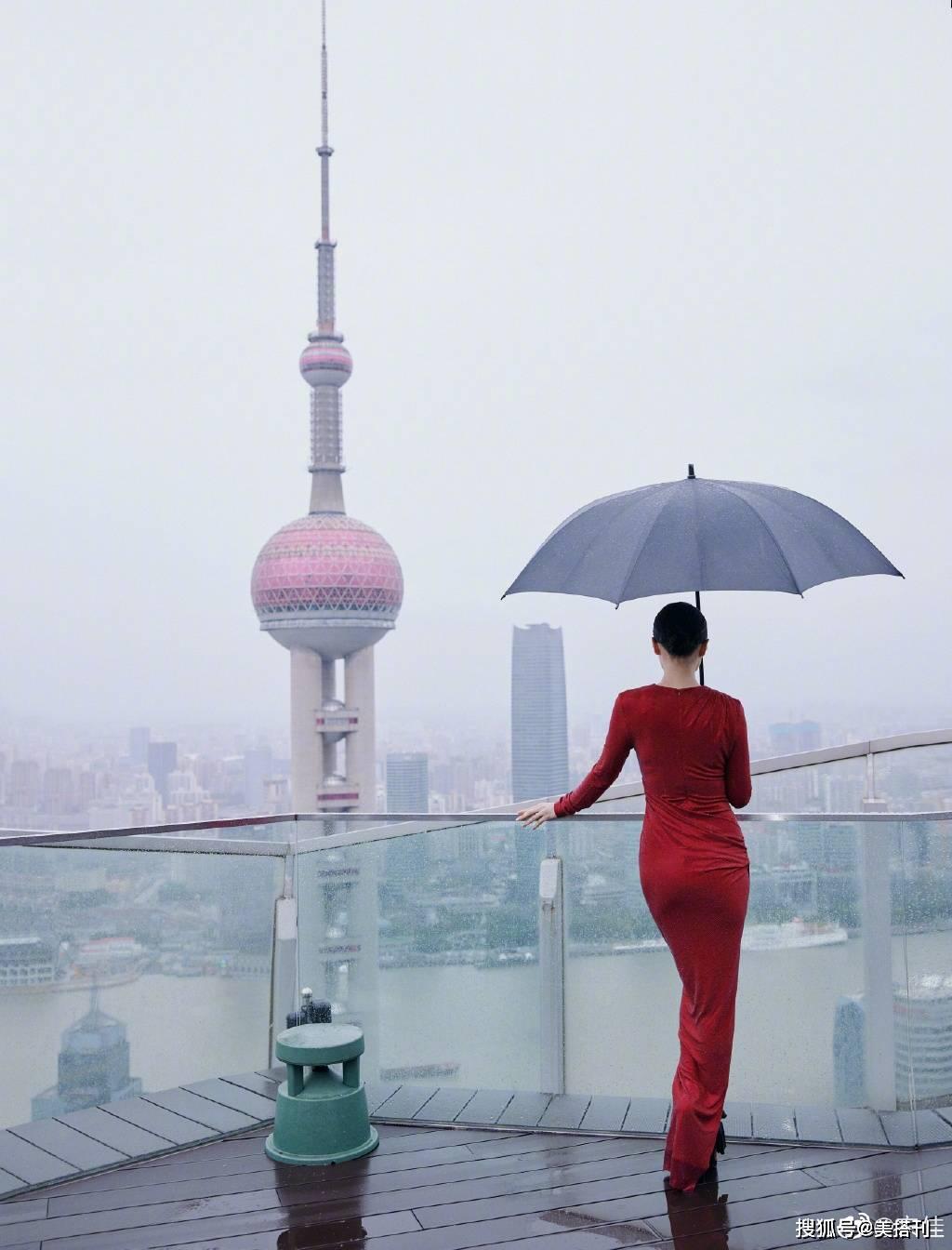 原创             40岁宋佳身材好火辣,红裙惊艳黑裙白裙,S曲线女明星里少见