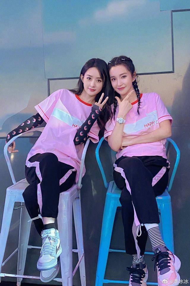 47岁李冰冰晒合影为赵丽颖庆33岁生日,不仅像姐妹更是合伙人