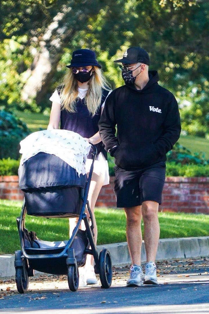 权游三傻带娃出街,产后8个月身材恢复太快,小细腿尽显迷人