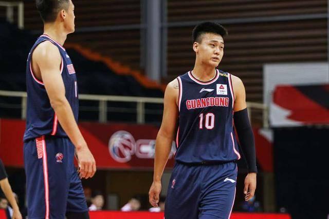 广东赛季首胜仍难掩两大顽疾,5.9秒领先7分,暂停杜锋部署值得怀疑。