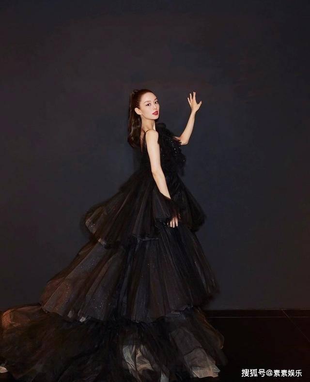 吉娜怀孕后出席活动,用手轻轻捂着孕肚,穿黑色礼服如展翅的蝴蝶