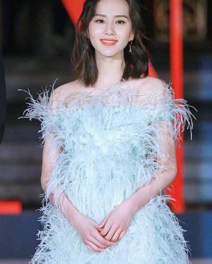 这位女演员穿了一条羽毛裙子,迪丽热巴终于停止了沙沙作响。你看到娜扎:张