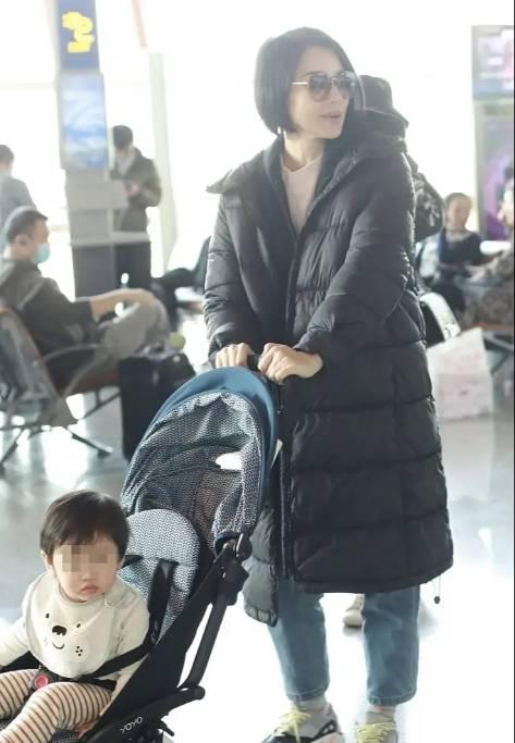 胡杏儿稀有走机场!才十月羽绒服下身穿得比儿子还多,小冤家超萌(图6)