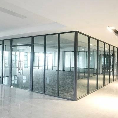 为什么许多公司喜欢选择玻璃隔断作为办公室隔断的原因